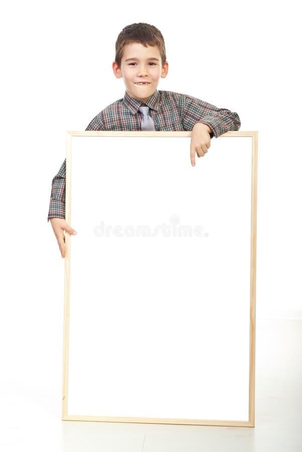 Glimlachende jongen die aan lege banner richt royalty-vrije stock fotografie