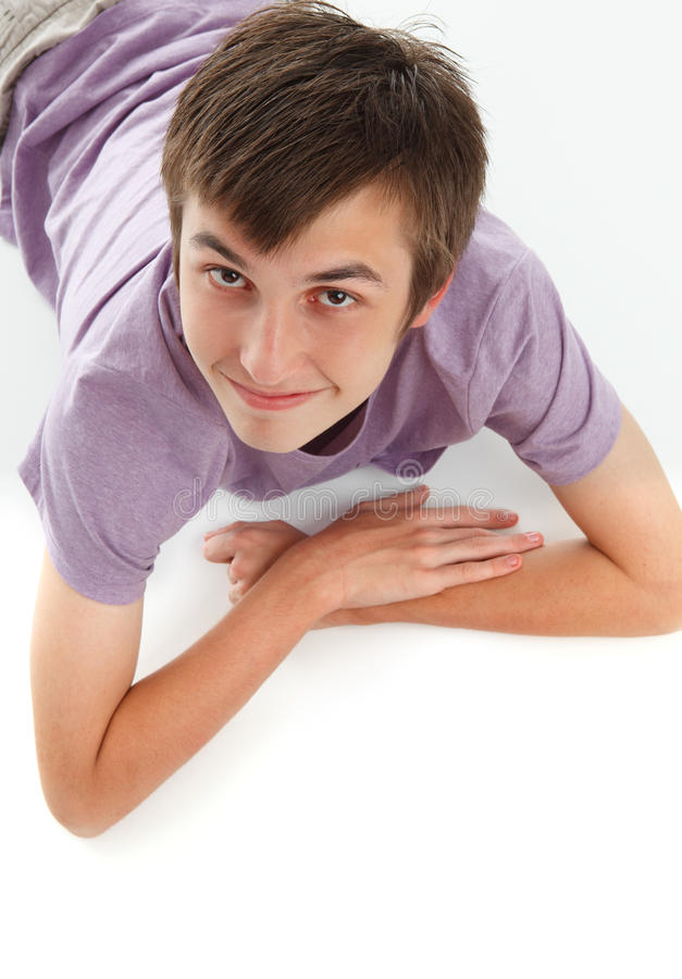 Glimlachende jongen die omhoog kijkt stock afbeelding