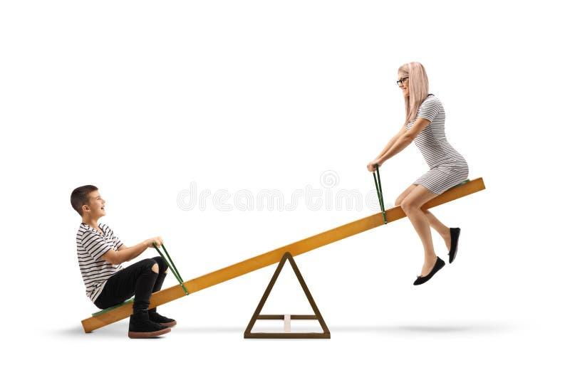 Glimlachende jongen en een vrouw die op een geschommel spelen royalty-vrije stock fotografie
