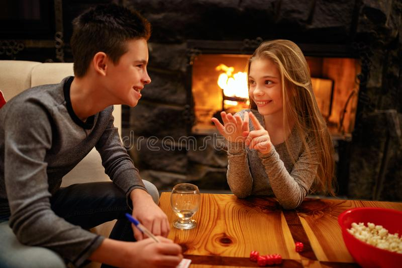 Glimlachende jongen en zijn zuster die pret speelspel hebben stock afbeeldingen
