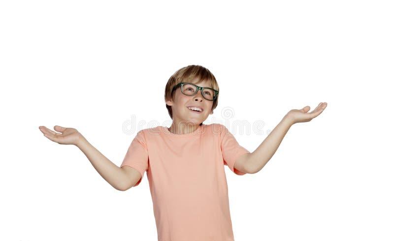 Glimlachende jongen met een twijfelachtige uitdrukking stock fotografie