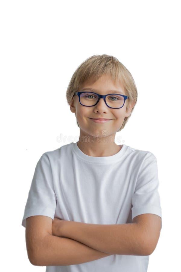 Glimlachende jongen met gekruiste wapens op witte achtergrond Portret van kind met glazen die witte t-shirt dragen stock afbeeldingen
