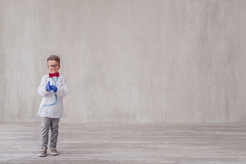 Glimlachende jongen met handschoenen royalty-vrije stock fotografie