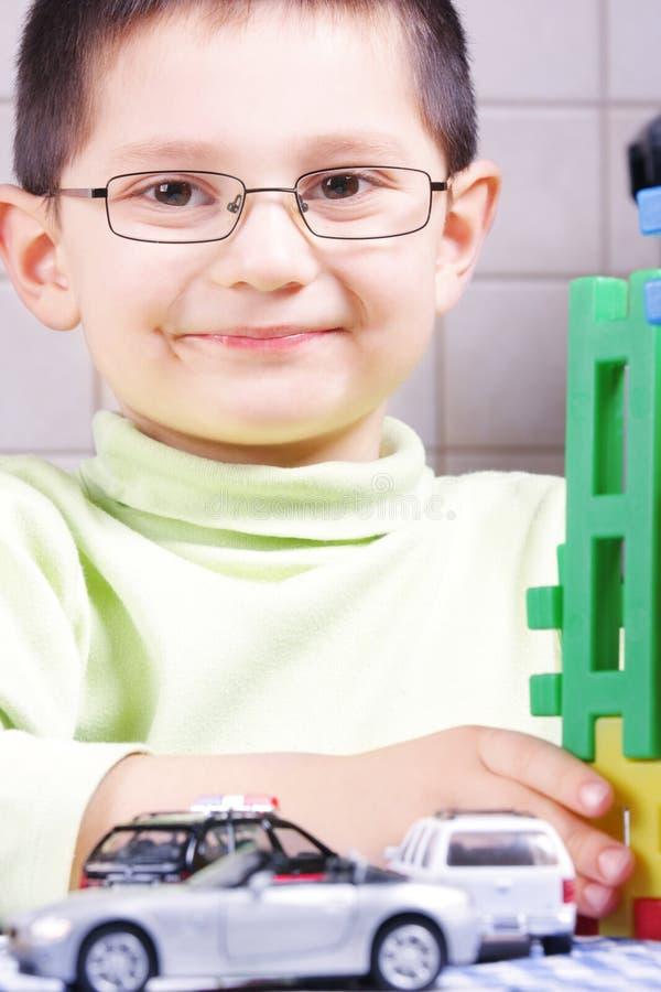 Glimlachende jongen met speelgoed stock afbeelding