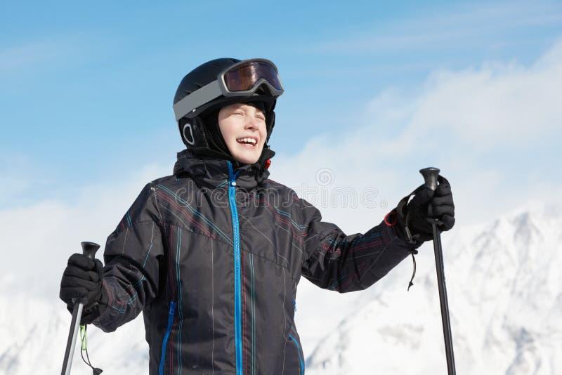 Glimlachende jongen tegen bergen royalty-vrije stock foto