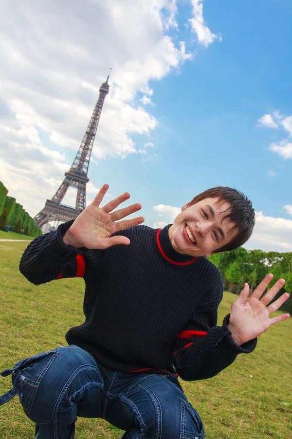 Glimlachende jongen voor de Toren van Eiffel (La-Reis Eiffel) in Pari stock afbeeldingen