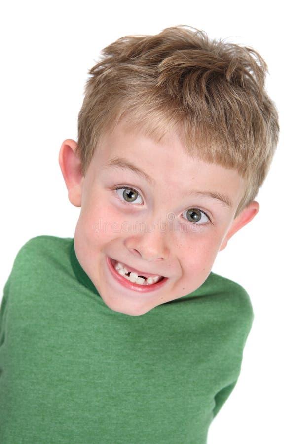 Glimlachende jongens ontbrekende tanden stock foto