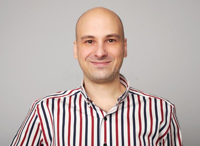 Glimlachende kale mens stock foto