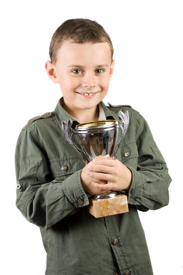 Glimlachende kampioen met zijn trofee royalty-vrije stock fotografie