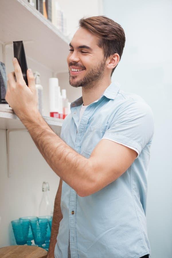 Glimlachende kapper met haarproducten stock fotografie