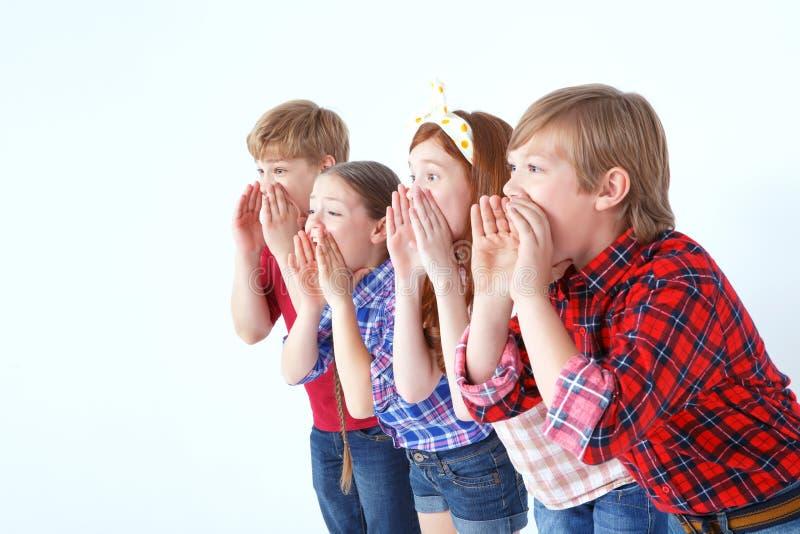Glimlachende kinderen die vrienden roepen royalty-vrije stock afbeeldingen