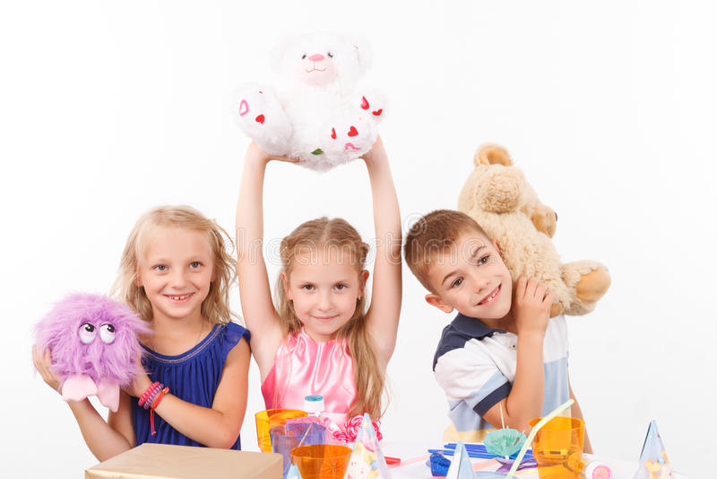 Glimlachende kinderen die zacht speelgoed houden royalty-vrije stock foto