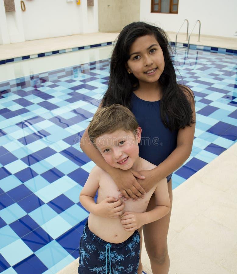 Glimlachende kinderen in het zwembad royalty-vrije stock foto