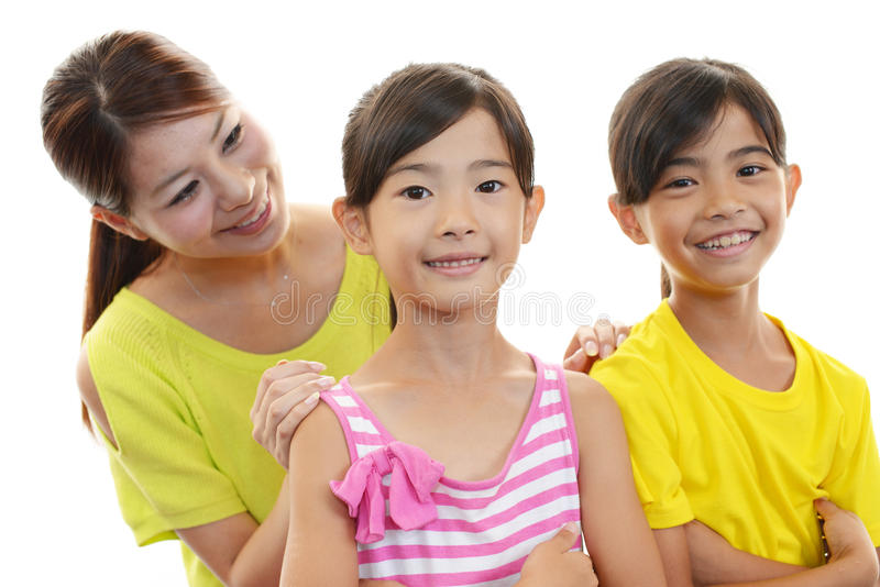Glimlachende kinderen met moeder stock foto