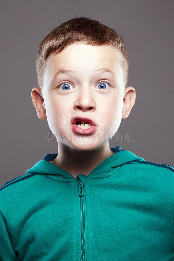 Glimlachende kindjongen knap grappig jong geitje stock fotografie