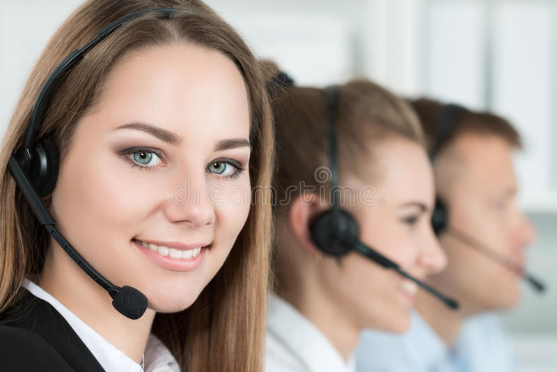 Glimlachende klantenondersteuningsexploitant op het werk royalty-vrije stock afbeelding