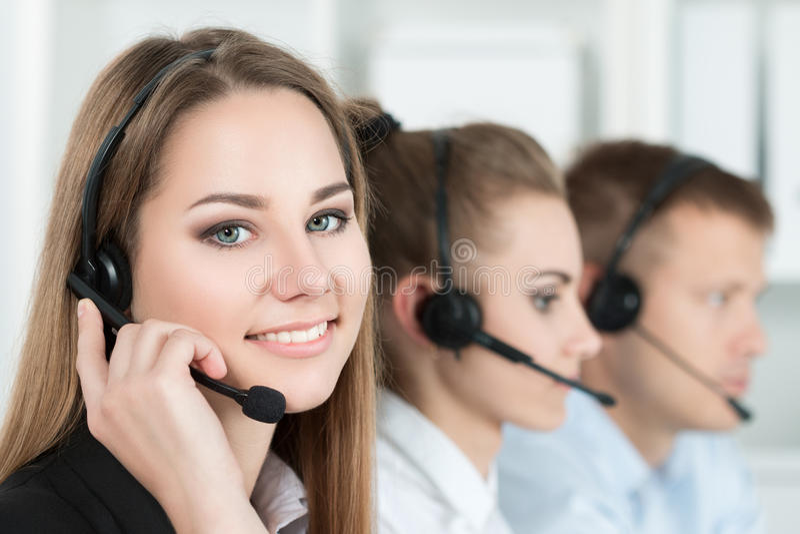 Glimlachende klantenondersteuningsexploitant op het werk stock fotografie