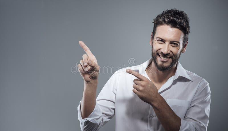 Glimlachende koele mens die benadrukken stock foto