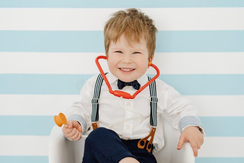 Glimlachende Little Boy-Arts Using Toy Stethoscope stock afbeeldingen