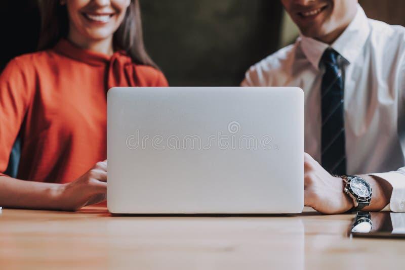 Glimlachende man en vrouw die in bureau samenwerken royalty-vrije stock afbeelding