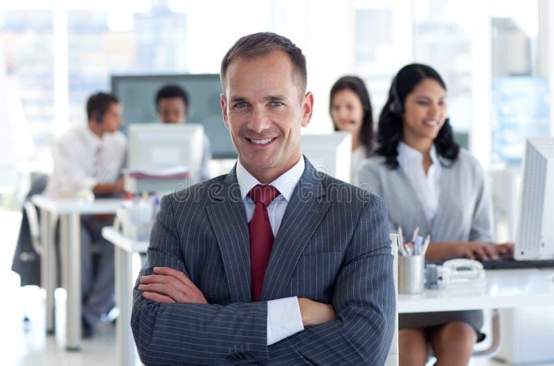 Glimlachende manager die zijn team leidt royalty-vrije stock fotografie