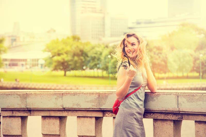 Glimlachende Maniervrouw in de Stadsstraat royalty-vrije stock foto's