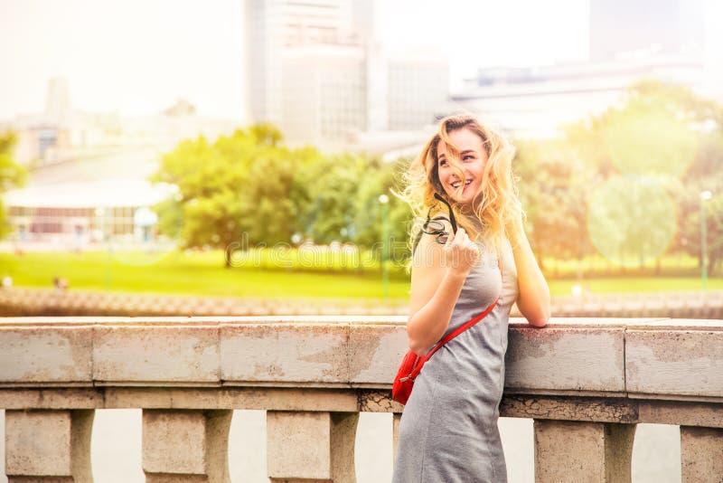 Glimlachende Maniervrouw in de Stadsstraat royalty-vrije stock foto