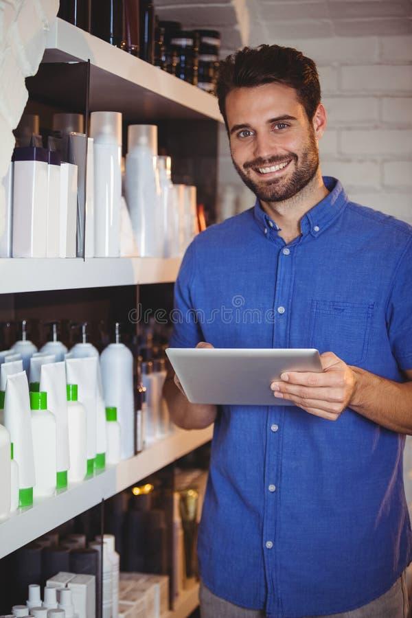Glimlachende mannelijke kapper die digitale tablet gebruiken royalty-vrije stock foto's