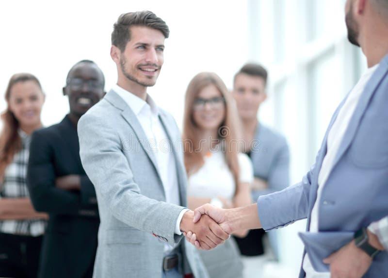 Glimlachende mannelijke werkgever die veelbelovend handenschudden bevorderen stock fotografie