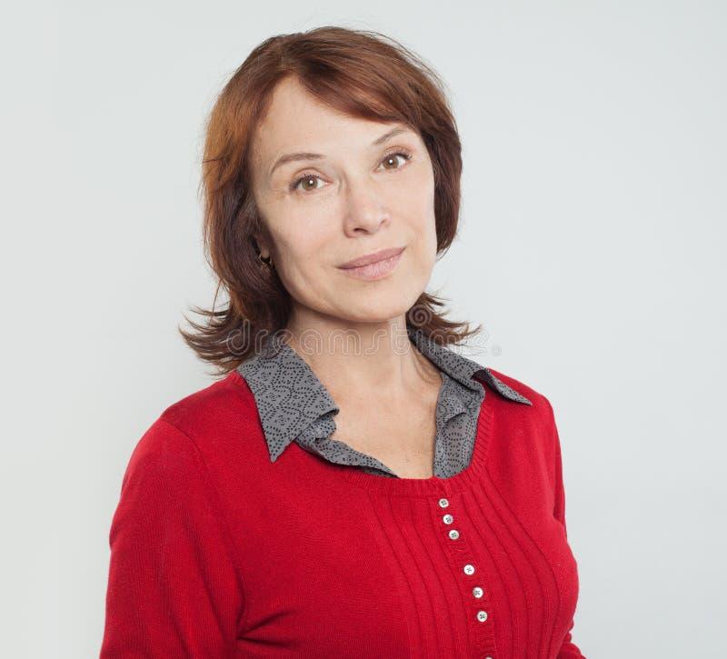 Glimlachende medio volwassen vrouw op wit stock fotografie