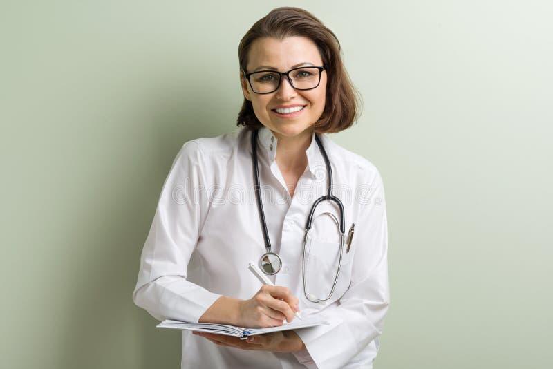Glimlachende medische artsenvrouw stock foto's