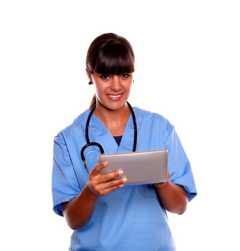 Glimlachende medische artsenvrouw die haar tabletPC met behulp van stock foto's