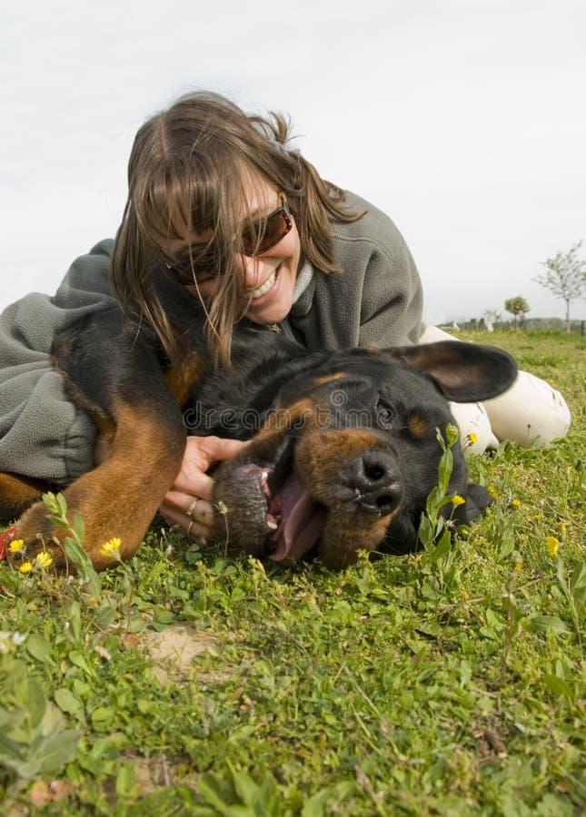 Glimlachende meisje en hond stock fotografie