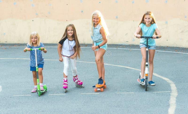Glimlachende meisjes die bereid te concurreren worden stock foto