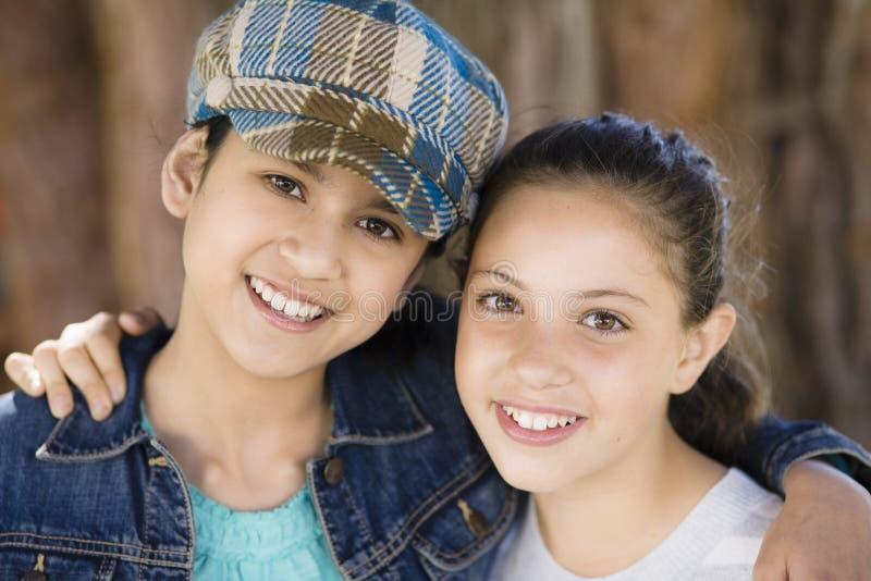 Glimlachende Meisjes in openlucht stock afbeelding