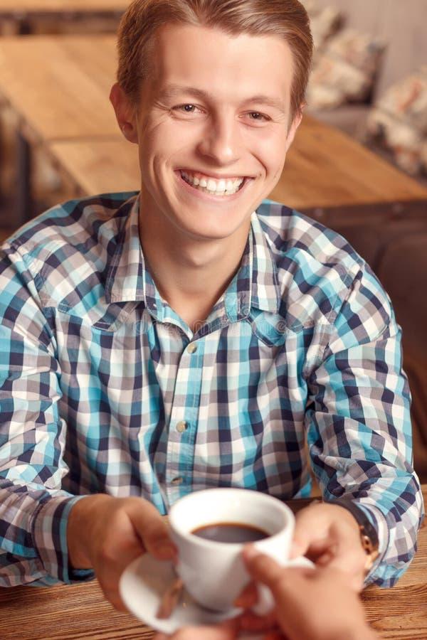 Glimlachende mens die kop van koffie krijgen royalty-vrije stock foto