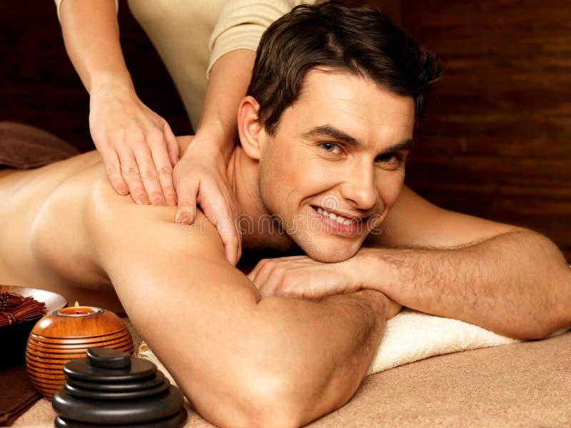 Glimlachende mens die massage in de kuuroordsalon hebben stock afbeelding