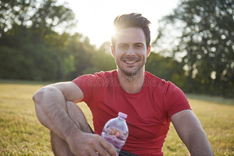 Glimlachende mens die na training rusten royalty-vrije stock foto