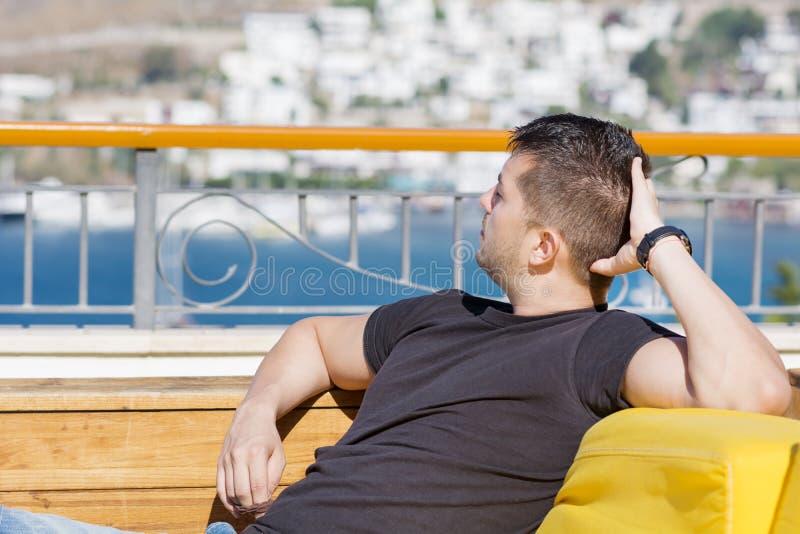 Glimlachende mens die van de overzeese mening genieten De vakantie van de zomer royalty-vrije stock foto's