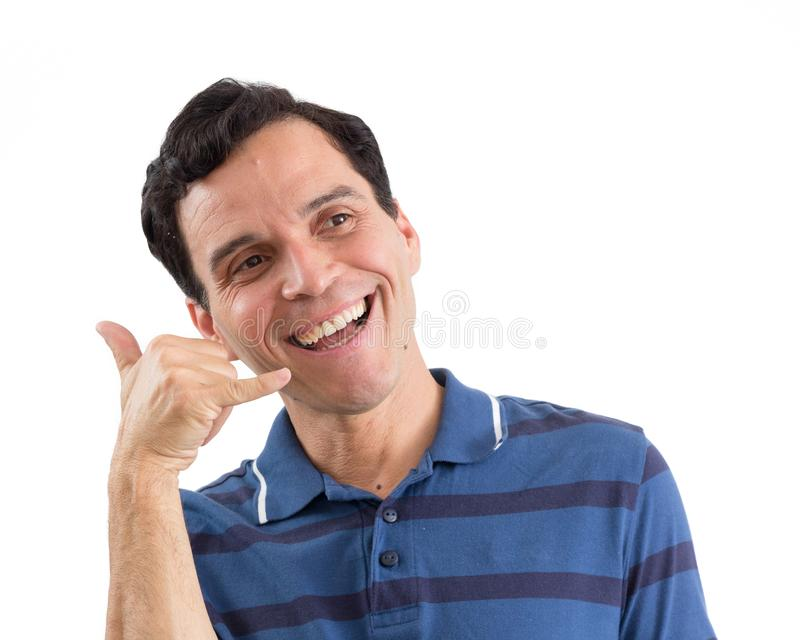 Glimlachende mens die vragen te telefoneren Hij ` s op zijn voeten Geïsoleerd op wit stock fotografie