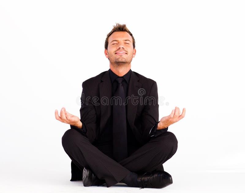 Glimlachende mens die yogaoefeningen doet royalty-vrije stock fotografie