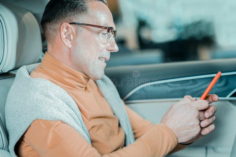 Glimlachende mens die zijn vrouw gaan verrassen stock fotografie