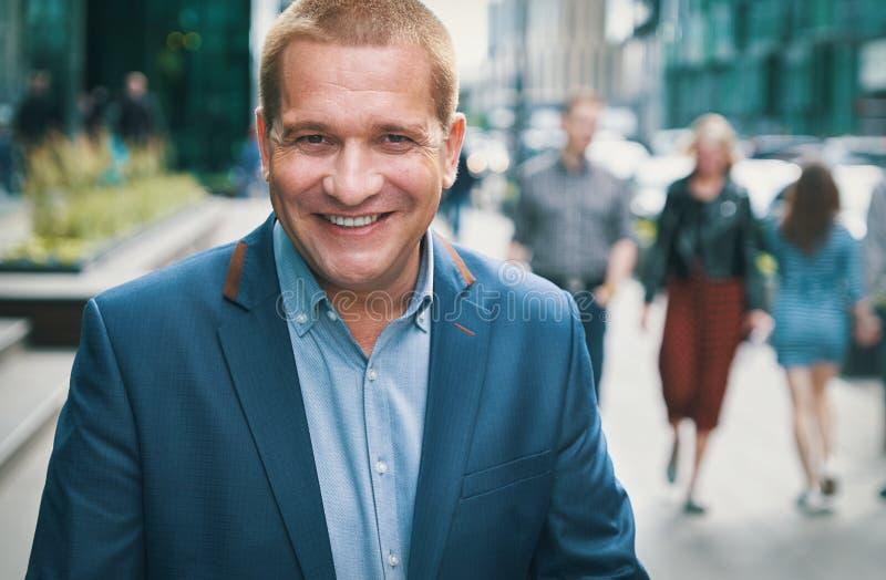 Glimlachende mens in een stad royalty-vrije stock foto