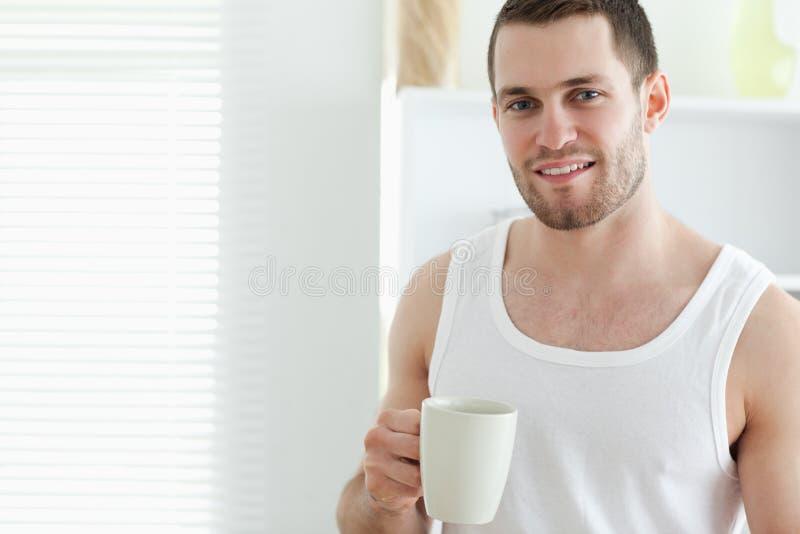 Glimlachende mens het drinken koffie stock afbeelding