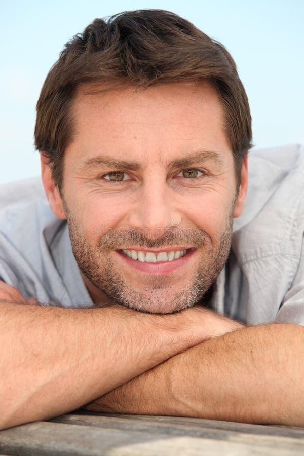 Glimlachende mens met stoppelveld royalty-vrije stock afbeelding