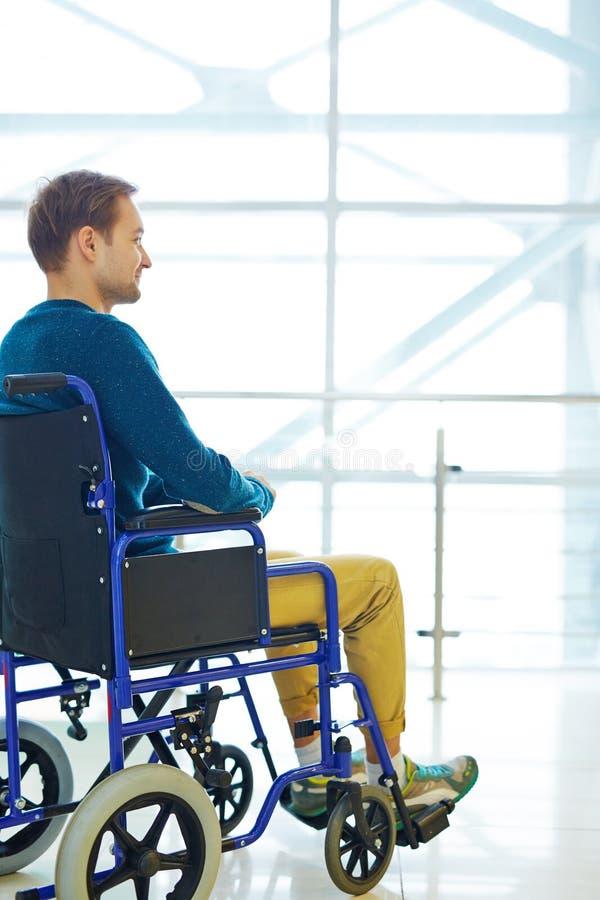Glimlachende mens in rolstoel stock afbeelding