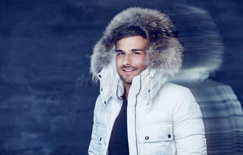 Glimlachende mens in warm de winterjasje met bontkap royalty-vrije stock foto's