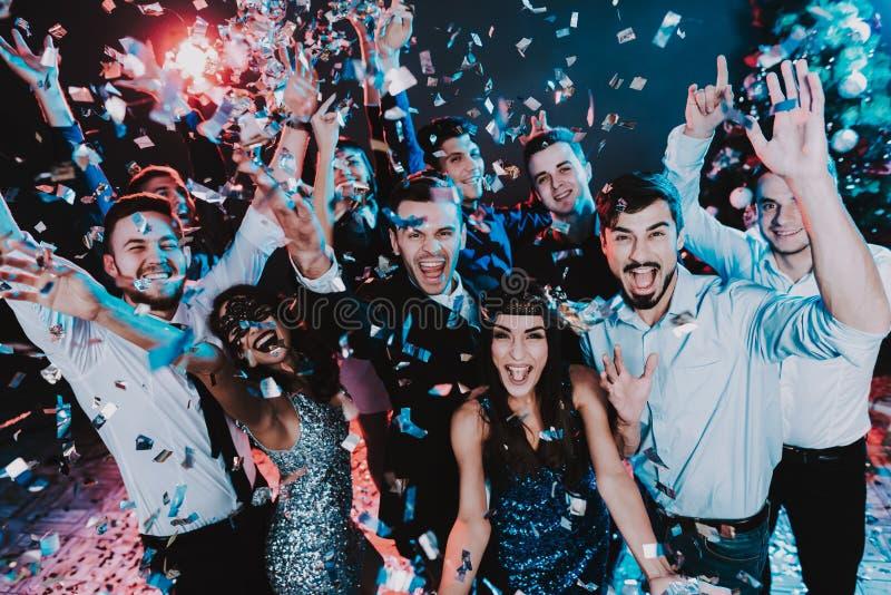 Glimlachende Mensen die Nieuwjaar op Partij vieren royalty-vrije stock fotografie