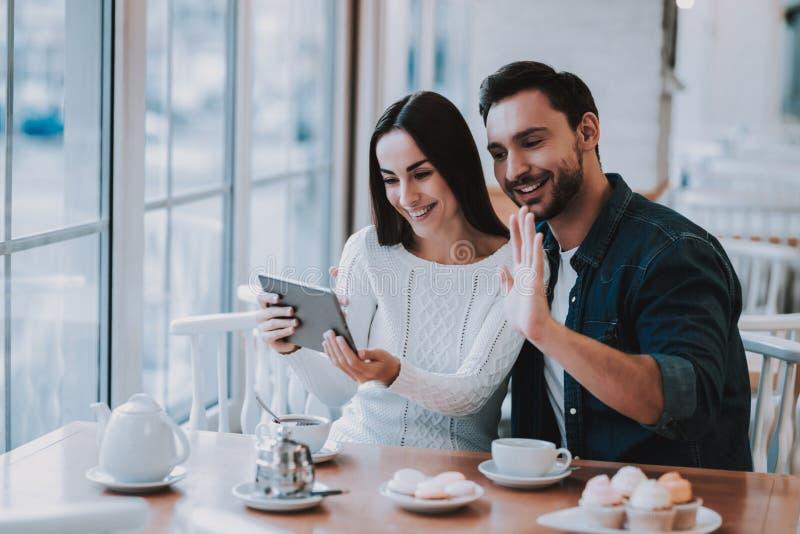 Glimlachende mensen theepot bonding drink thee cupcake stock fotografie