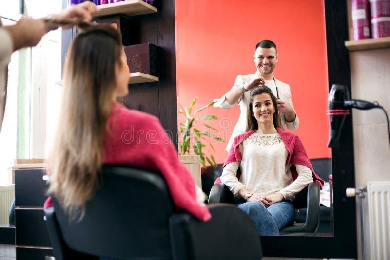 Glimlachende mensenherenkapper met zijn cliënt bij salon royalty-vrije stock afbeelding